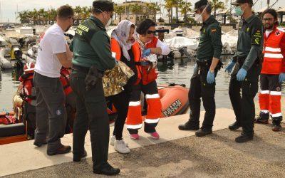 Un simulacro en el puerto de Santa Pola recrea la atención profesional ante la llegada de migrantes a la costa