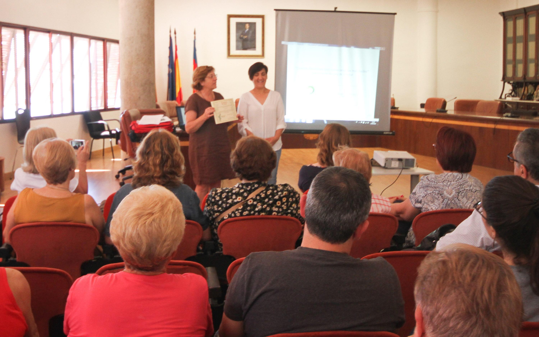 Entrega del diploma acreditativo de la Adhesión efectiva de Santa Pola, al IV Plà de Salut de la Comunitat Valenciana, en el acto de presentación.