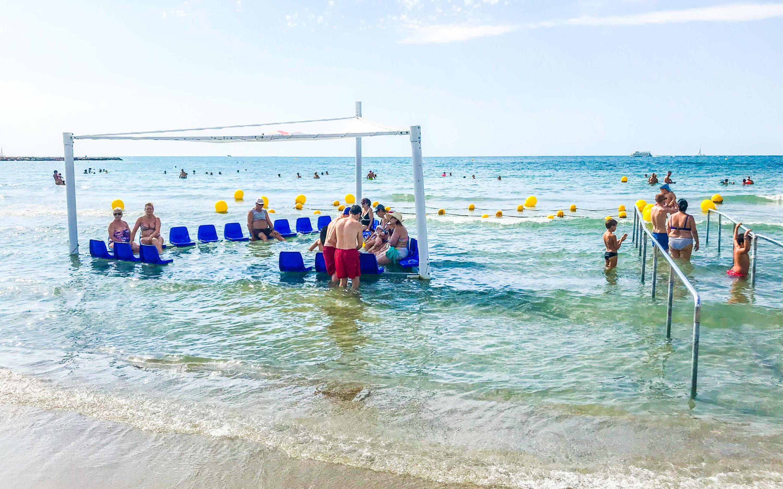 Santa Pola cuenta con una isla de baño adaptada para mejorar la accesibilidad en las playas de la villa