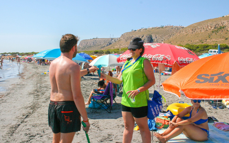 En agosto se han recogido 7.157 colillas de las playas de Santa Pola, gracias a la campaña Chiringuitos por playas limpias