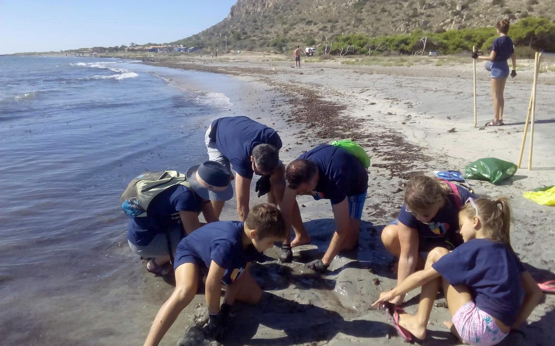 Más de 40 kg de residuos recogidos en las playas de debajo del faro gracias al proyecto de voluntariado Playas Limpias 2018