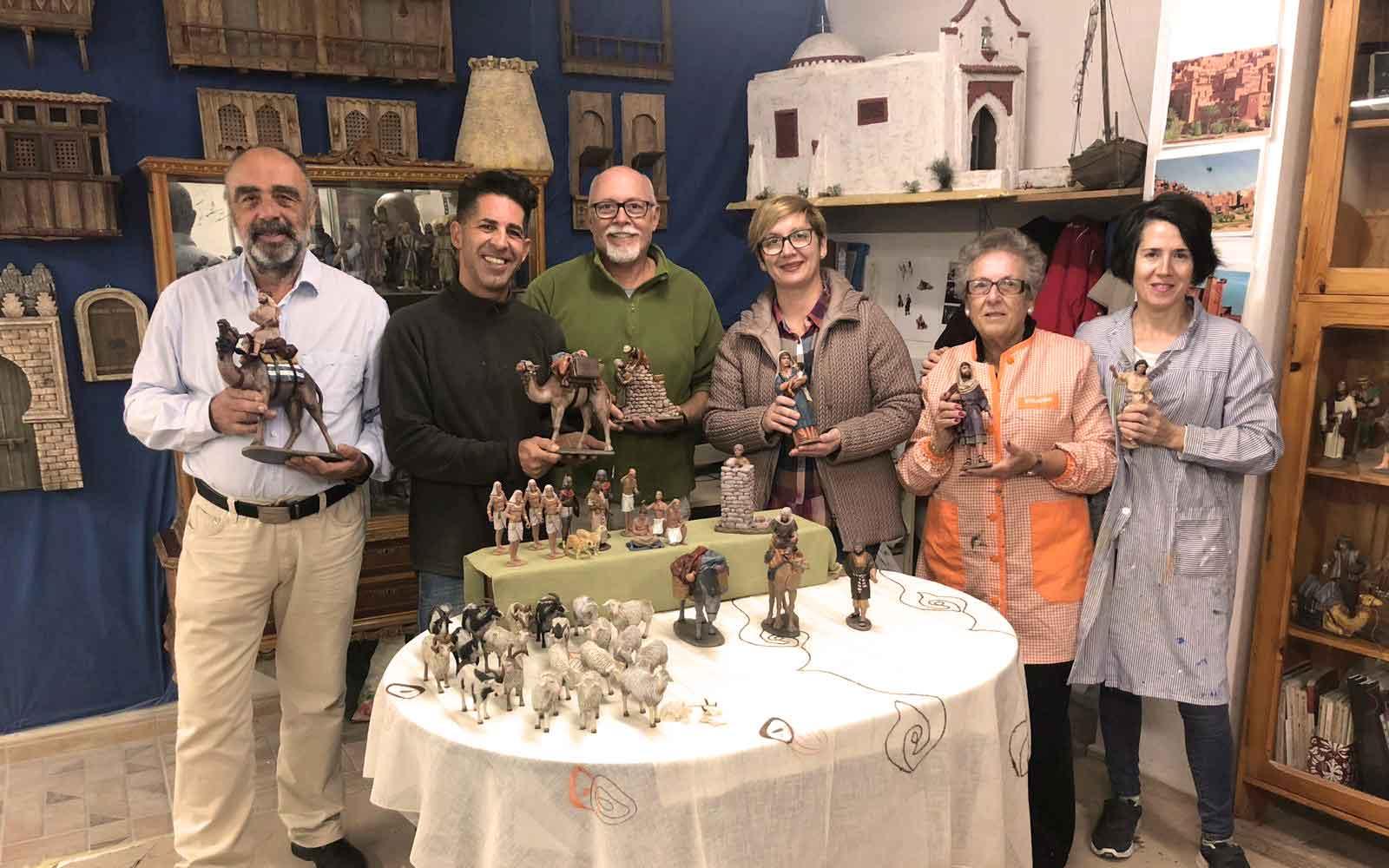 El Ayuntamiento de Santa Pola hace entrega de las nuevas figuras del Belén a la Asociación de belenistas