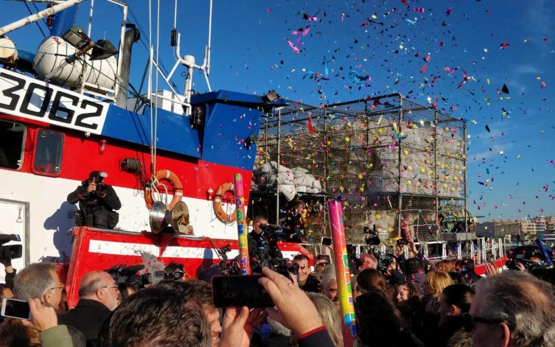 La villa de Santa Pola recibe en el puerto pesquero a lo tripulantes de la embarcación Nuestra Madre Loreto