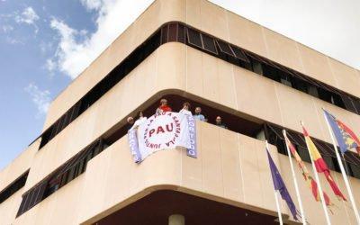 """(Castellano) Santa Pola conmemora el Día Internacional de la Paz en el Salón de Plenos y cuelga la bandera """"Juntes per la Pau""""en el consistorio"""