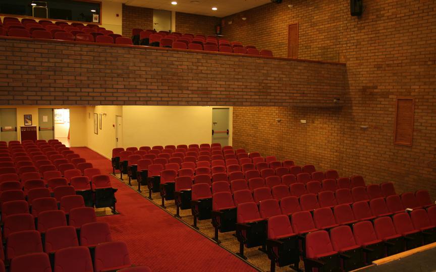 El Salón de Actos de la Casa de Cultura de Santa Pola mejora sus instalaciones, tanto en equipamiento como acondicionamiento