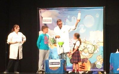 El alumnado de los colegios de Santa Pola disfruta de la obra teatral «La Gota Viajera» para conmemorar el Día del Agua