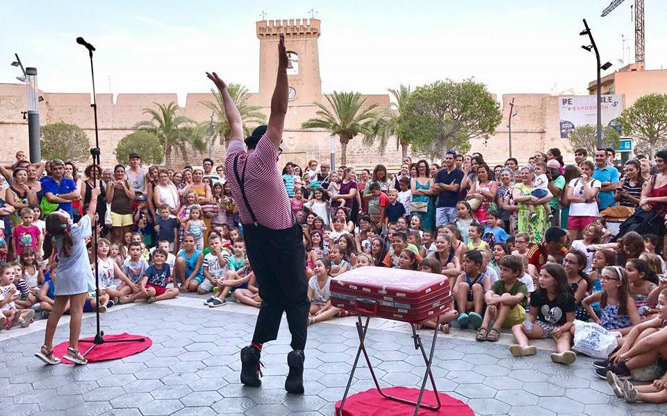 (Castellano) 'Art al Carrer' vuelve a las calles de Santa Pola para llenarlas de espectáculos durante todo el verano